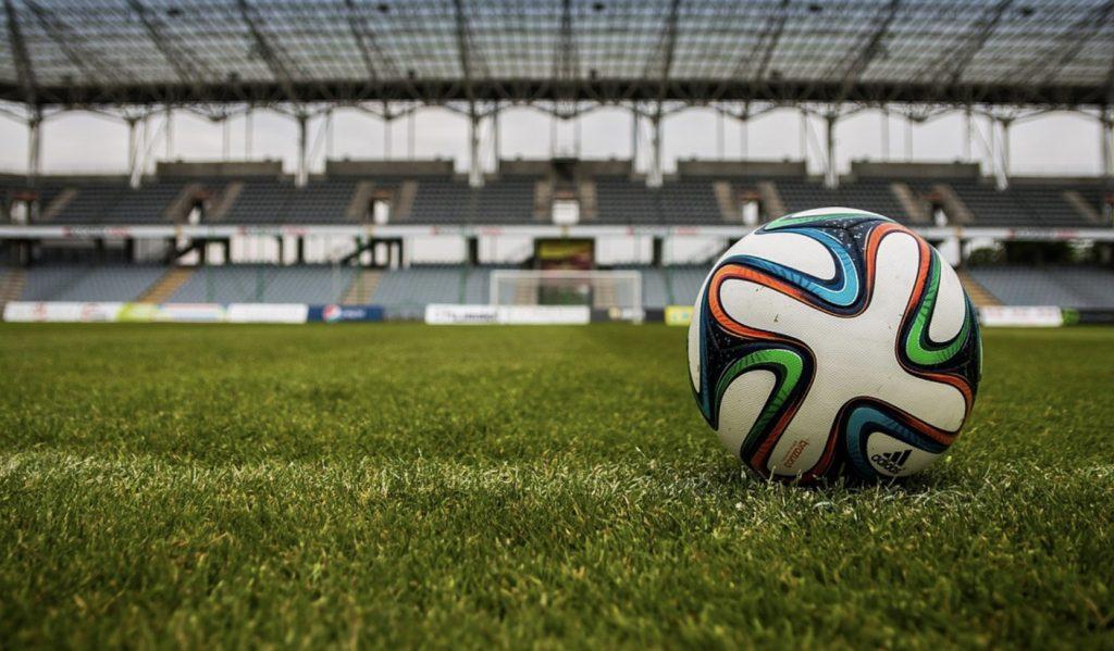 Mecze na weekend. Schalke - BVB, Liverpool - Tottenham, Legia - Wisła. Transmisje na 26 i 27 października